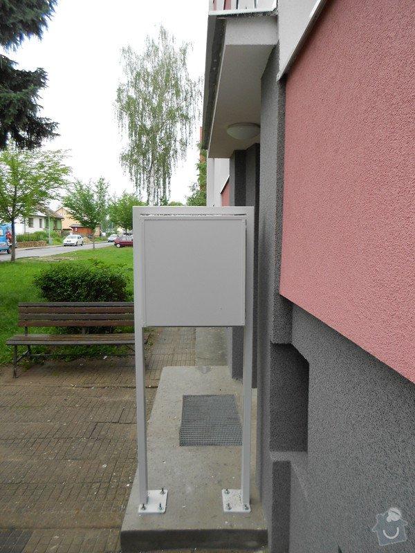 Prodloužení stříšky nad třemi vchody do bytového domu: DSCN0693