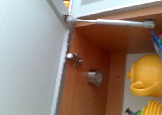 Oprava otevíracího víka u skříňky kuchyňské linky