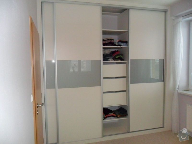 Vestavěná šatní skříň + postel včetně nočních stolků: bila_skrin