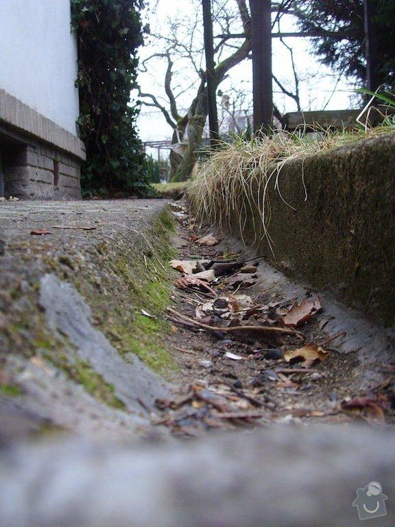 Litý beton a schody kolem domu: chodnicky_a_zlabky_1