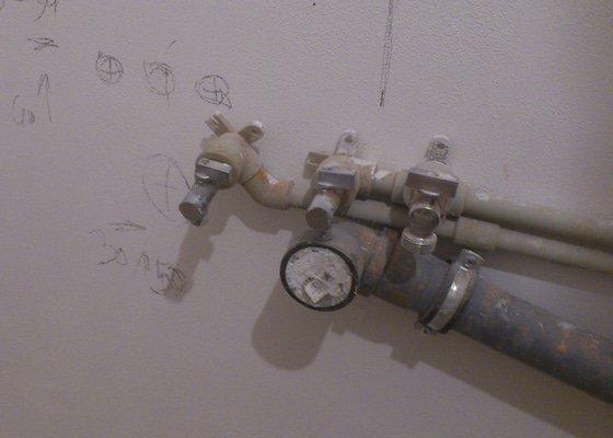 Prodloužení přívodů vody (3x) a odpadu o 20 cm