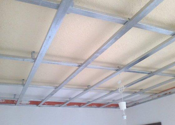 Snížení stropu sádrokartonem v pokoji o rozloze 16.5m2.