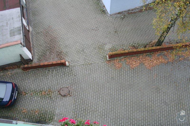 Nízké plastové zábradlí kolem parkoviště: parkoviste_002