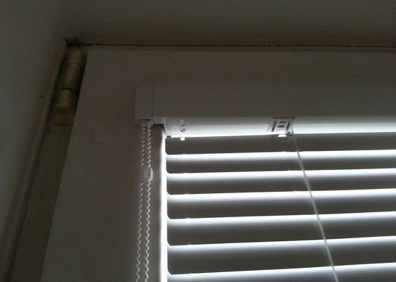 Žaluzie (troje okna) a stínění přes 3 okna