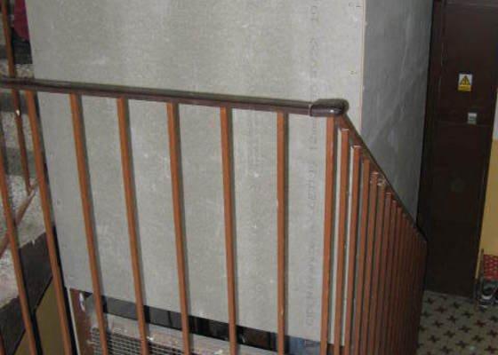 Osazení nešeho schodiště v panelovém domě dřevěným zábradlím. SVJ K.Marxe 1678 - 79 Jirkov