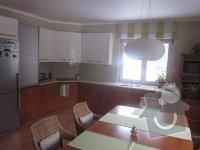 Kuchyňská linka, jídelní stůl, příborník, vestavné skříně, obývací stěna: Kuchyn_2024_1_