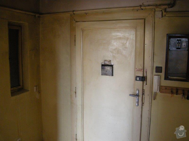 Renovace vstupních bytových dveří, odhlučnění izolace, výměna kování, odstranění schránky a instalace nového kukátka.: Dvere