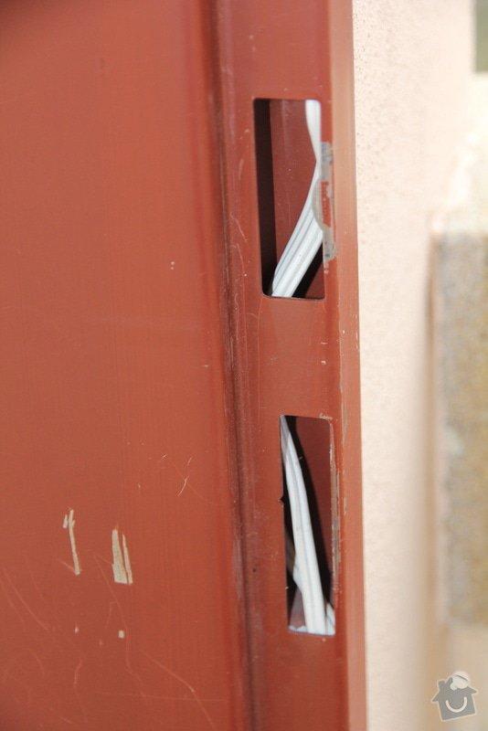 Drobna zednicina a elektro: zapojeni elektronickeho vratneho, protazeni UPC kabelu, natreni futer: 131201_010