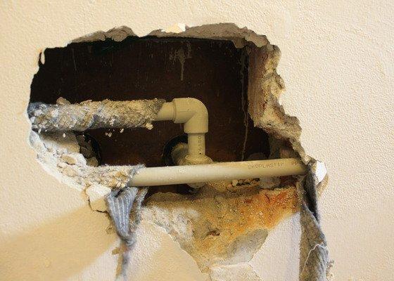 Zazdění díry ve zdi po odstranění havárie vody.