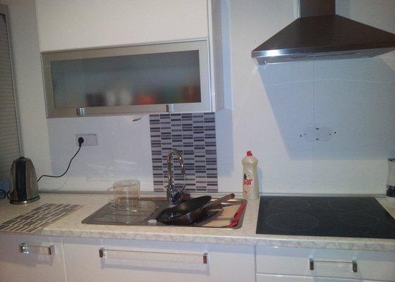 Nalepení kachliček za kuchyňskou linku