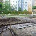 Polozeni travniho koberce a zahradni dlazby zahrada 440 m2 zahrada vnitrobloku ul.ovenecka 2