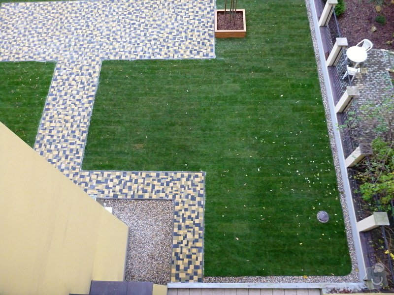 Položení travního koberce a zahradní dlažby (zahrada 440 m2): Zahrada_vnitrobloku_ul.Ovenecka_6_