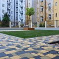 Polozeni travniho koberce a zahradni dlazby zahrada 440 m2 zahrada vnitrobloku ul.ovenecka 8