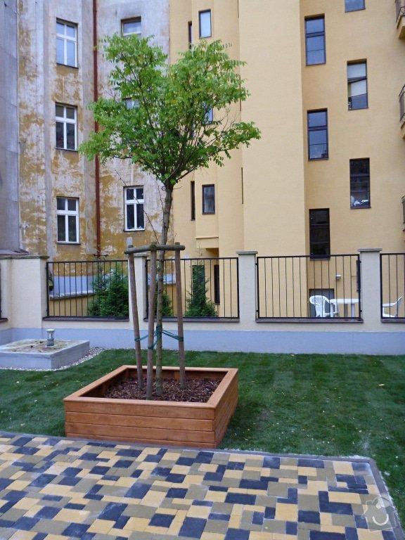 Položení travního koberce a zahradní dlažby (zahrada 440 m2): Zahrada_vnitrobloku_ul.Ovenecka_10_