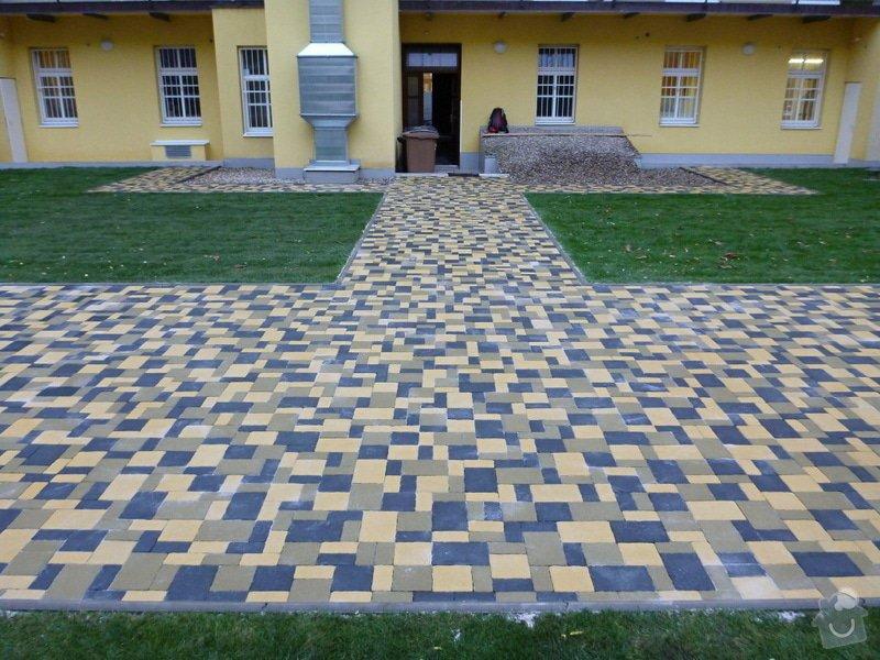 Položení travního koberce a zahradní dlažby (zahrada 440 m2): Zahrada_vnitrobloku_ul.Ovenecka_12_