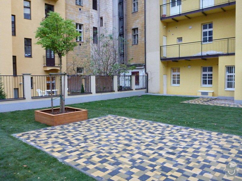 Položení travního koberce a zahradní dlažby (zahrada 440 m2): Zahrada_vnitrobloku_ul.Ovenecka_13_
