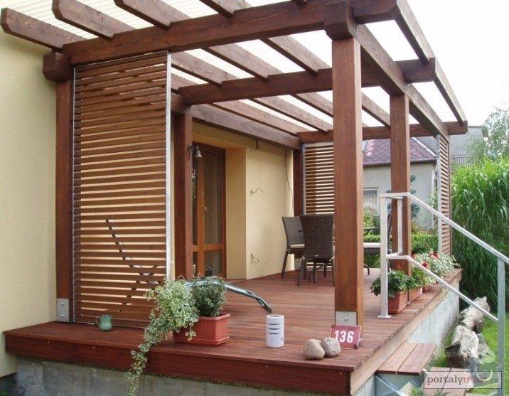 Zastřešení terasy: drevena-terasa-v-drevine-sappeli-mahagon-konstrukce-modrin-a-vyplne-ramu-spekane-drevo-thermowood