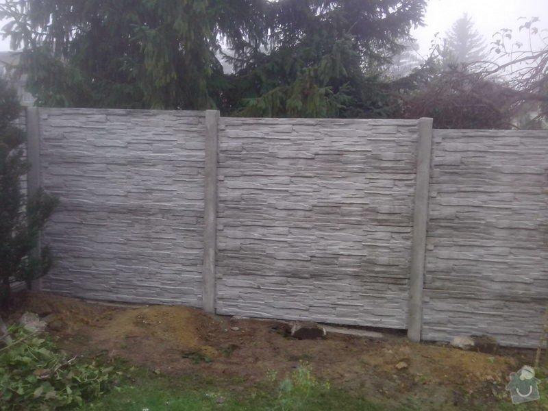 Oplocení Újezd nad Lesy: Ujezd_nad_Lesy_delka_22_bm_okrasne_bezzakladove_betonove_oploceni_celkove_vysky_200_cm_vzor_stipany_kamen_barvy_sede_prirodni_.