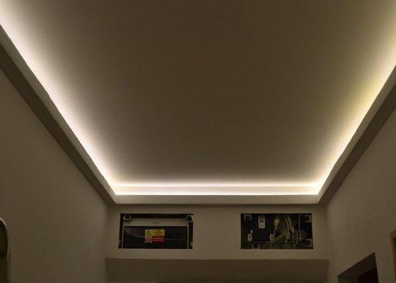 Osvětlení zádveří panelového bytu.