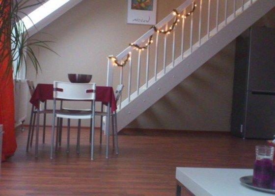 Zbourani příčky mezi kuchyní a obývákem +  el. zástuvky, která je ve zdi.