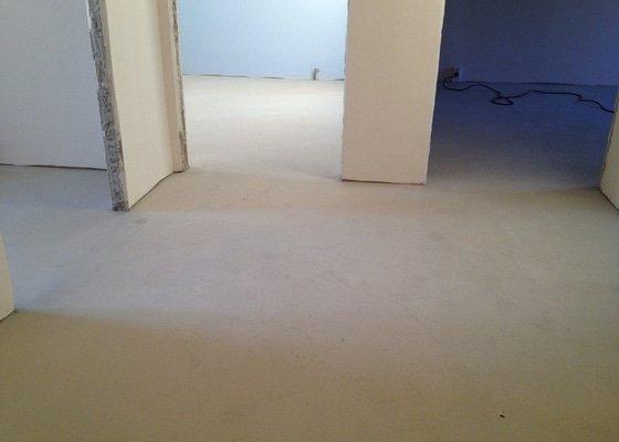 Samonivelační stěrka, pokládka vinylové podlahy.