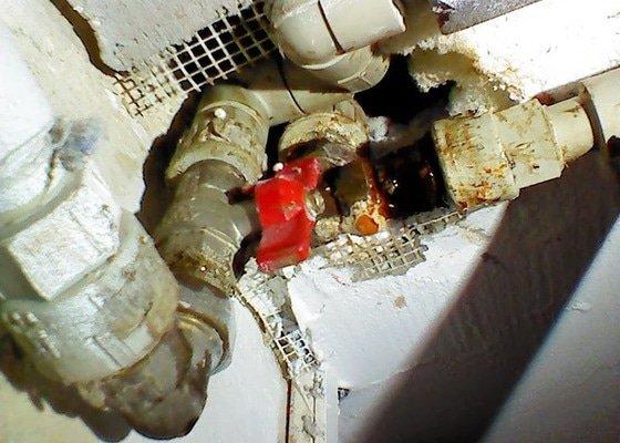 Kapající spoj ve vodovodních trubkách