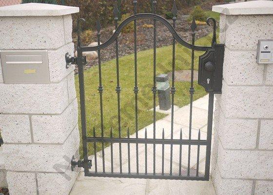 Ozdobný kovaný plot, branka a křídlová brána s pohonem