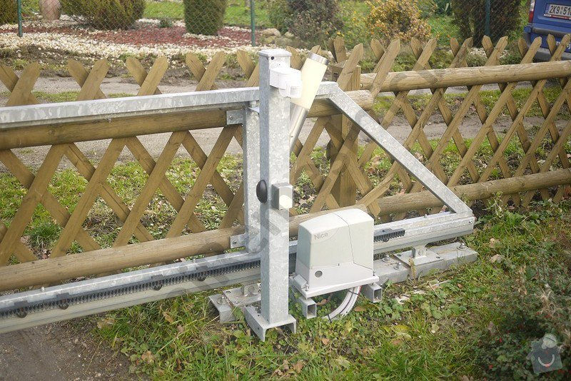 Posuvná brána s pohonem a branka: VN02