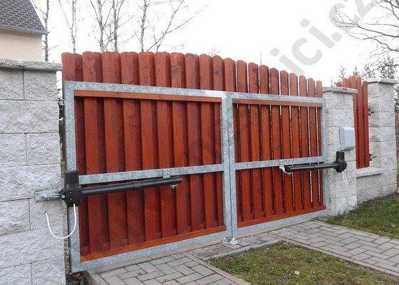 Křídlová brána s pohonem a vchodová branka