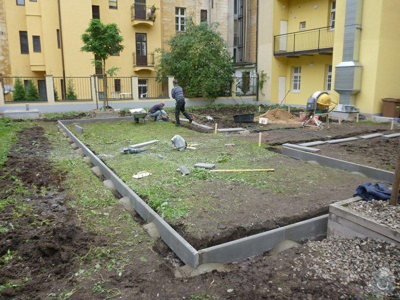 Položení travního koberce a zahradní dlažby (zahrada 440 m2): Zahrada_vnitrobloku_ul.Ovenecka_1_