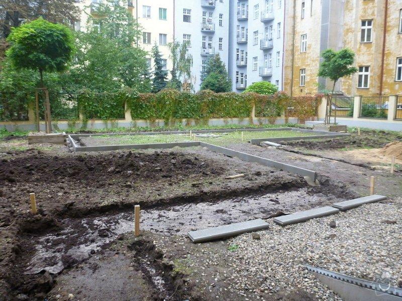Položení travního koberce a zahradní dlažby (zahrada 440 m2): Zahrada_vnitrobloku_ul.Ovenecka_2_