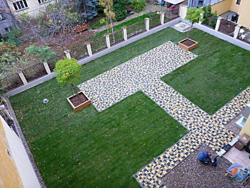 Položení travního koberce a zahradní dlažby (zahrada 440 m2): Zahrada_vnitrobloku_ul.Ovenecka_4_