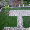 Polozeni travniho koberce a zahradni dlazby zahrada 440 m2 zahrada vnitrobloku ul.ovenecka 5