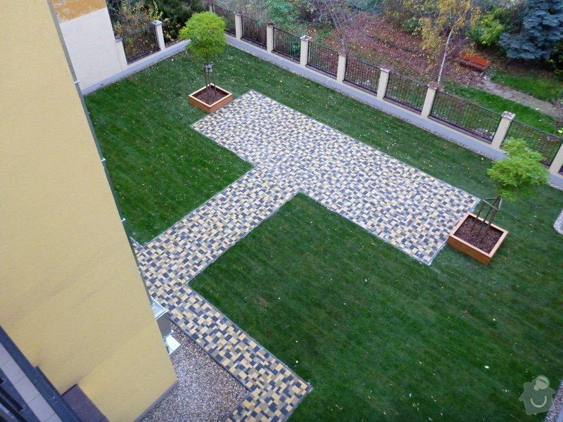 Položení travního koberce a zahradní dlažby (zahrada 440 m2): Zahrada_vnitrobloku_ul.Ovenecka_7_