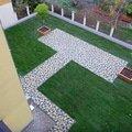 Polozeni travniho koberce a zahradni dlazby zahrada 440 m2 zahrada vnitrobloku ul.ovenecka 7