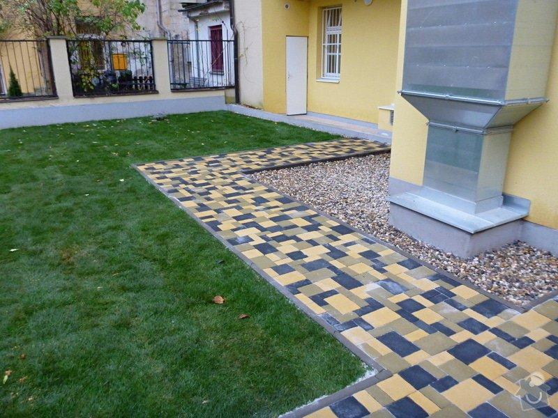 Položení travního koberce a zahradní dlažby (zahrada 440 m2): Zahrada_vnitrobloku_ul.Ovenecka_9_