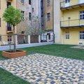 Polozeni travniho koberce a zahradni dlazby zahrada 440 m2 zahrada vnitrobloku ul.ovenecka 13