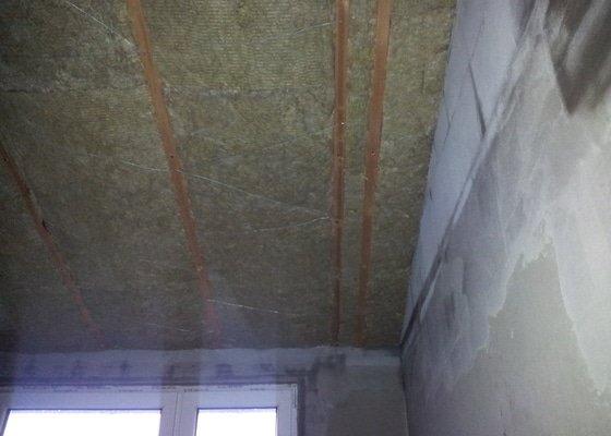 Zednické začištění oken a zdí, perlinka, lepidlo a štuk. Suché podlahy Fermacell s podsypem a polystyrenem. Montáž parotěsné folie a OSB desek na strop. Ozdobné lamely na strop. Plovoucí podlaha. Pokládka dlažby.