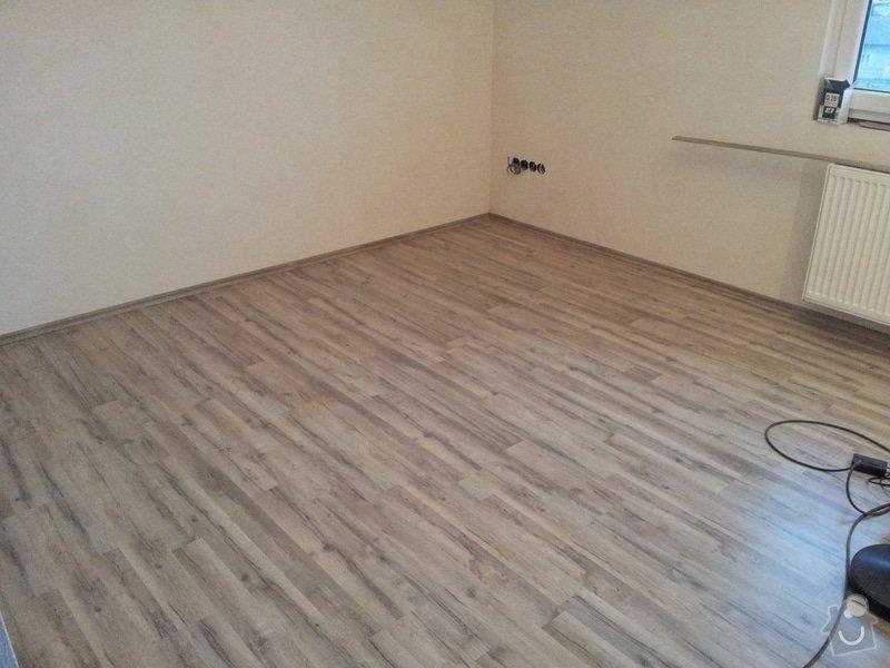 Zednické začištění oken a zdí, perlinka, lepidlo a štuk. Suché podlahy Fermacell s podsypem a polystyrenem. Montáž parotěsné folie a OSB desek na strop. Ozdobné lamely na strop. Plovoucí podlaha. Pokládka dlažby.: foto_7
