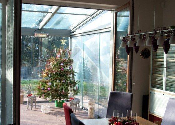 Elegantní terasa Glasoase s markýzou a světelnými panely LED