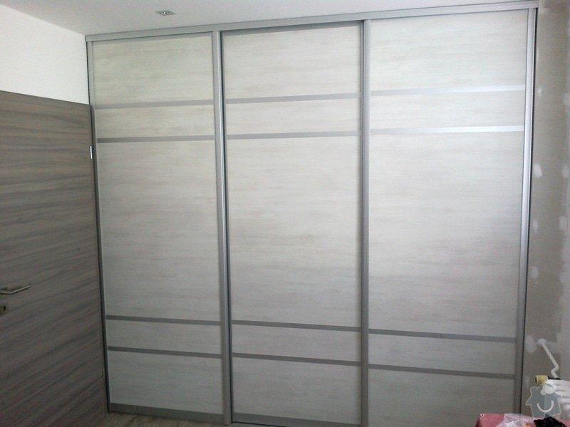 Výroba 2ks vestavných skříní (1x vč. polic, šuplíků a šatních tyčí,  1x pouze 2-dílné posuvné dveře do komory): 04102013550