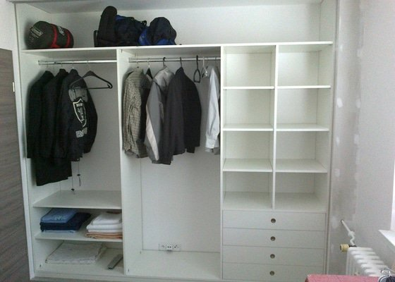 Výroba 2ks vestavných skříní (1x vč. polic, šuplíků a šatních tyčí,  1x pouze 2-dílné posuvné dveře do komory)