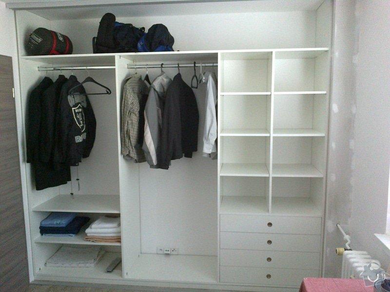 Výroba 2ks vestavných skříní (1x vč. polic, šuplíků a šatních tyčí,  1x pouze 2-dílné posuvné dveře do komory): 04102013548