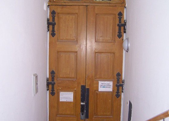 Repase vchodových dřevěných dveří