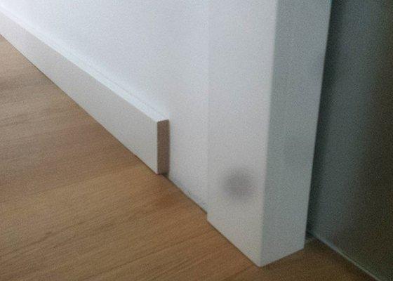 Podlahové lišty ve vysokém lesku v bílé barvě