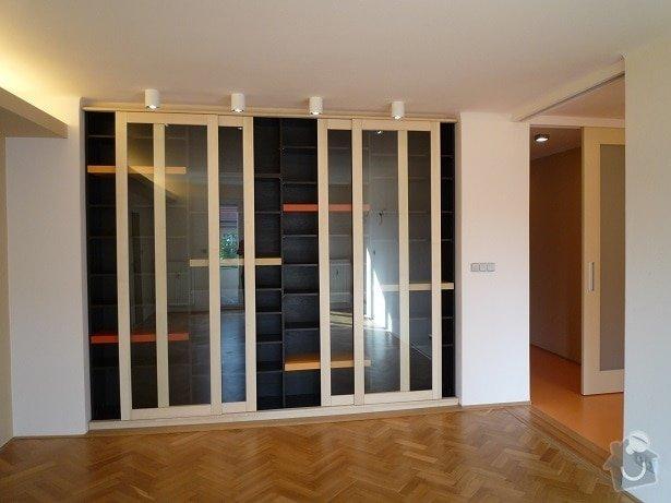 Rekonstrukce a interier bytu: knihovna