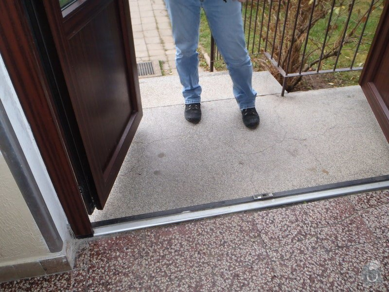 Oprava vchodových dvěří: PB230047