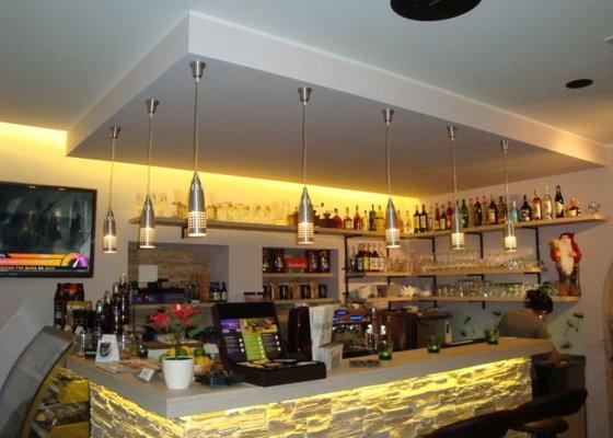 Podhledy,předstěny na baru Cafe Brussel