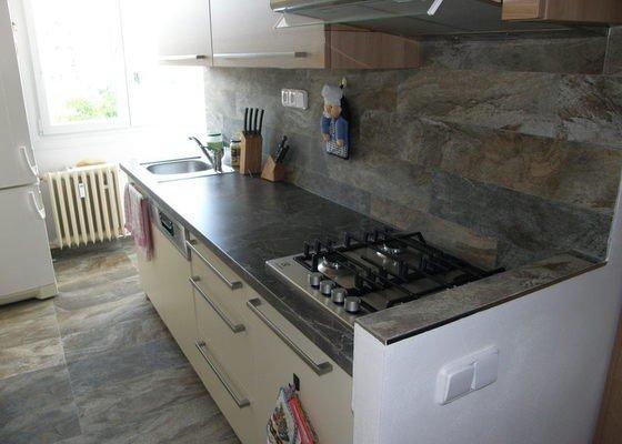 Dlažba a obklady v kuchyni panelového bytu