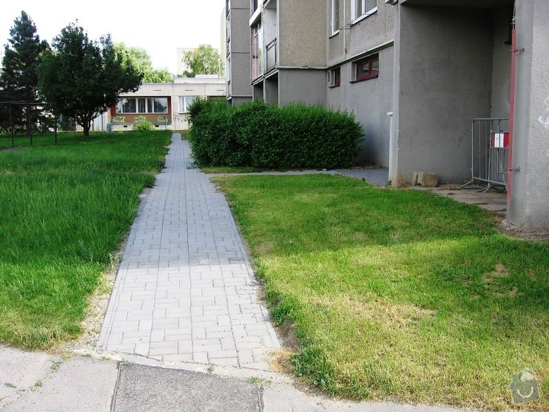 Pokládka zámkové dlažby do venkovního chodníku, cca 36 m2: IMG_7051u